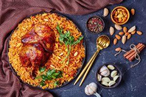 Kabsa-Gericht mit Huhn