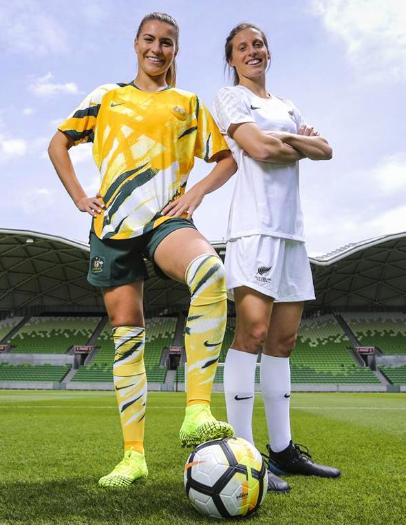 "Rebekah Stott (Neuseeland) und Steph Catley (Australien) v.l.n.r. repräsentieren das Bewerbungsmotto ""AsOne 2023"""