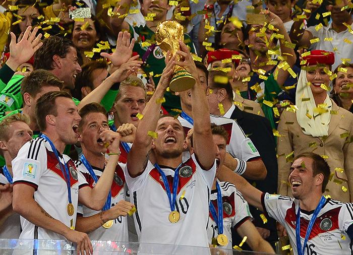 Der WM-Pokal in den Händen der deutschen Weltmeister von 2014