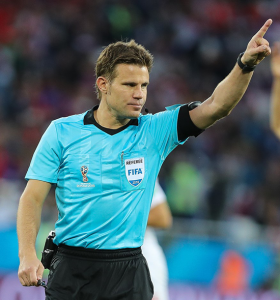 Der deutsche WM-Schiedsrichter Felix Brych bei der WM 2018 (Serbien vs. Schweiz) - Quelle: Wikia